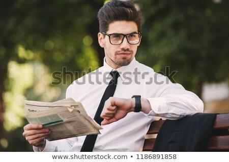 Foto grave imprenditore suit lettura giornale Foto d'archivio © deandrobot