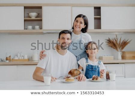 Uśmiechnięty matka żona miłości córka mąż Zdjęcia stock © vkstudio