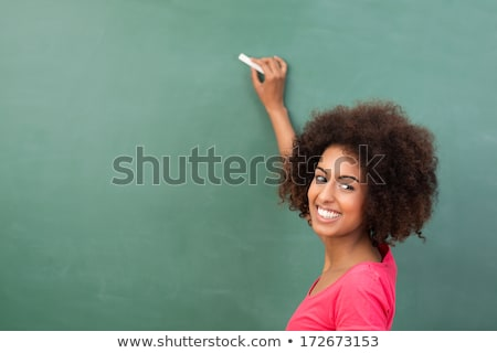 glimlachend · schoolmeisje · permanente · Blackboard · mooie · meisje - stockfoto © wavebreak_media