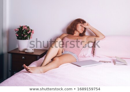 ストックフォト: 動揺 · 女性 · 座って · ベッド · コンピュータ