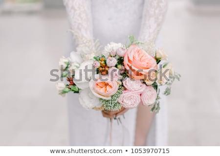 novias · aumentó · ramo · primer · plano · rojo · flores · blancas - foto stock © KMWPhotography