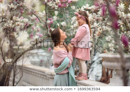 ストックフォト: 小さな · 母親 · 愛らしい · 娘 · 公園 · 桜