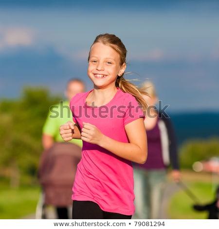 Junges Mädchen läuft auf einem Pfad im Freien lächelnd Stock foto © Kzenon