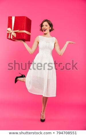 portret · gelukkig · meisje · jurk · permanente · geschenkdoos - stockfoto © deandrobot