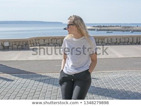 Retrato pensativo mulher jovem branco camisas em pé Foto stock © deandrobot