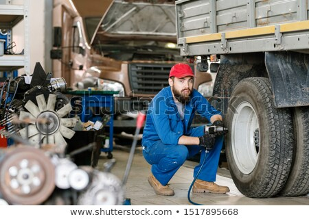 Bebaarde technicus werkkleding vergadering wiel vrachtwagen Stockfoto © pressmaster