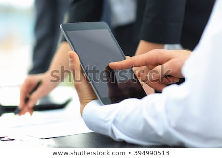 Foto stock: Empresário · digital · comprimido · reunião · em · pé