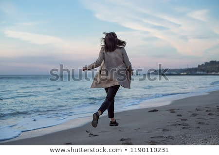 mulher · caminhada · areia · praia · pegadas · água - foto stock © Nickolya