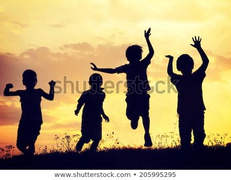 ninos · jugando · puesta · de · sol · siluetas · libertad · felicidad - foto stock © zurijeta