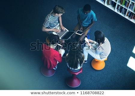 View studenti utilizzando il computer portatile cellulare digitale tablet Foto d'archivio © wavebreak_media