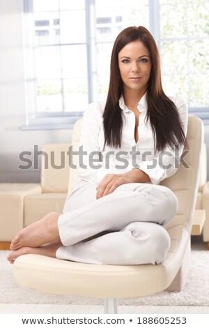 Сток-фото: брюнетка · женщину · сидят · окна · улыбаясь · камеры