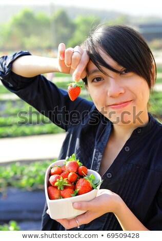 séduisant · asian · jeune · femme · fraise · fruits · ethniques - photo stock © ampyang
