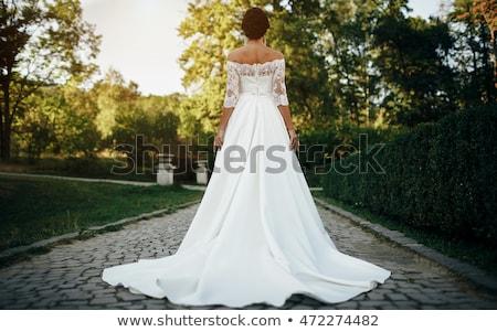Foto stock: Belo · morena · mulher · posando · vestido · de · noiva · jovem