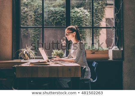 女性 · ラップトップを使用して · カップ · コーヒー · 笑顔 · ノートパソコン - ストックフォト © deandrobot