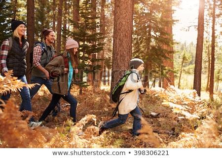 Família caminhadas caminhada mata turismo feliz Foto stock © dolgachov