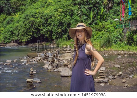 Turísticos mujer nativo rock arroyo Foto stock © galitskaya