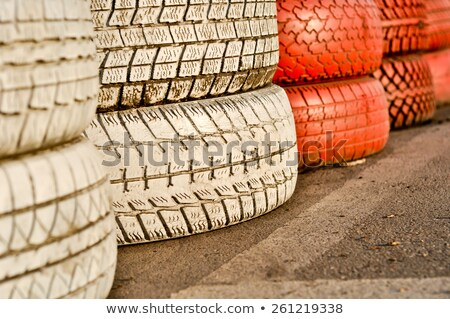 Ogrodzenia czerwony starych opony samochodu Zdjęcia stock © vlaru