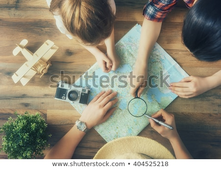 Famille regarder carte paysage monde portable Photo stock © photography33