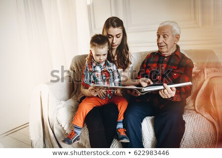 giovani · famiglia · guardare · photo · album · home · ragazza - foto d'archivio © photography33