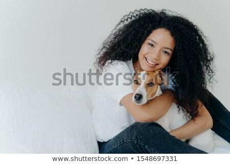 Stok fotoğraf: Gülümseyen · kadın · köpek · yatak · kadın · sevmek
