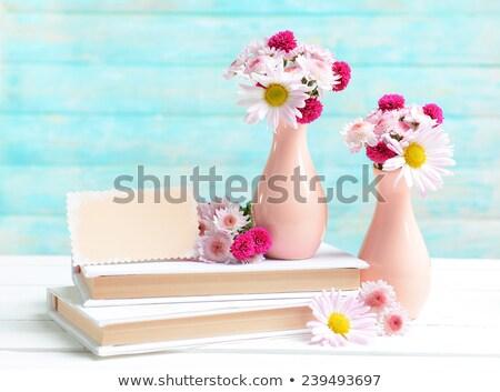 Wazon piękna chryzantema kwiaty świetle tabeli Zdjęcia stock © Melnyk