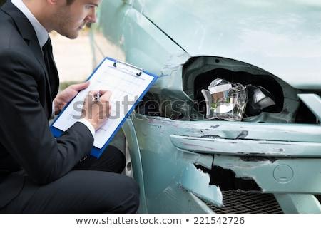Inspekcja uszkodzony samochodu kobiet ręce wpisując Zdjęcia stock © simazoran