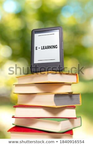 ebook · lector · libros · grupo · lectura - foto stock © andreykr