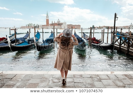 Autunno lago donna ragazza seduta vecchio Foto d'archivio © Aliftin