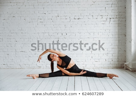 女性 · 若い女性 · レギンス · 笑みを浮かべて · 楽しく · カメラ - ストックフォト © deandrobot