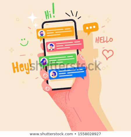 Amigos hablar chat aplicación teléfono móvil grupo de personas Foto stock © Filata