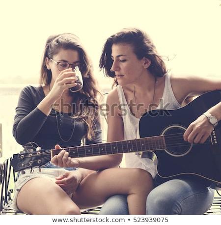 Doua femei balcon distracţie sprijini şedinţei Imagine de stoc © IS2
