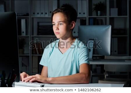Pracowity uczeń posiedzenia ciemne klasie biurko Zdjęcia stock © pressmaster