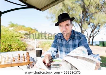 Anziani gentiluomo lettura erba uomo muro Foto d'archivio © photography33