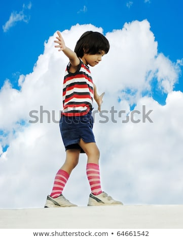 kid · equilibrio · piedi · muro · cielo · mani - foto d'archivio © zurijeta