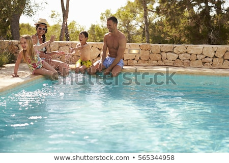 Mutlu genç aile yüzme havuzu açık havada Stok fotoğraf © deandrobot