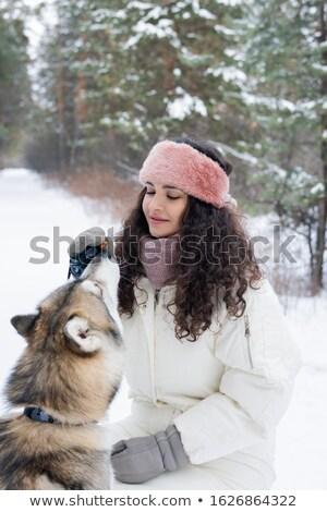 Csinos fiatal nő sötét hosszú göndör haj etetés Stock fotó © pressmaster