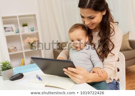 Mãe estudante bebê casa multitarefa Foto stock © dolgachov
