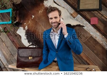 Jonge man vergadering tabel praten telefoon Stockfoto © Traimak