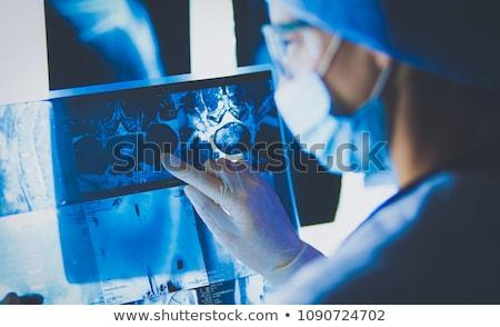 Mooie radioloog naar Xray afbeelding arts Stockfoto © Geribody