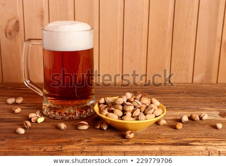Pistacho nueces tazón vidrio cerveza alimentos Foto stock © dolgachov