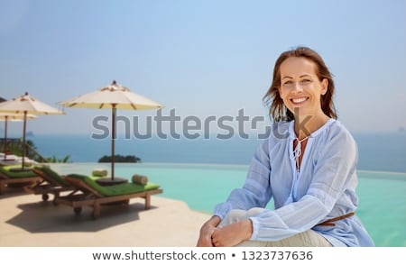 Gelukkig vrouw oneindigheid rand zwembad mensen Stockfoto © dolgachov