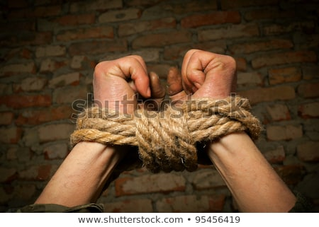 Stockfoto: Man · handen · omhoog · touw · keten