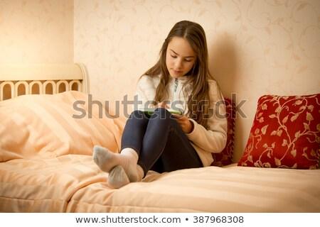 Retrato atraente menina adolescente estudar cama branco Foto stock © wavebreak_media