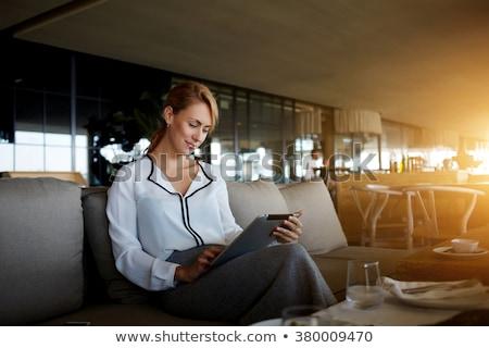 Frau · Teilung · Foto · Social · Media · Tablet-Computer · Porträt - stock foto © hasloo