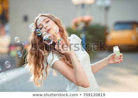 Glimlachend jonge vrouw zeepbellen roze hand gelukkig Stockfoto © deandrobot
