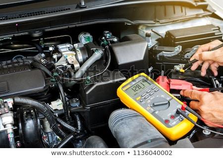Mechanik samochodowy człowiek testowanie baterii samochodu usługi Zdjęcia stock © dolgachov