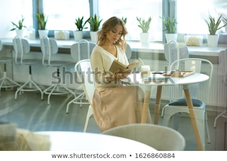 девушки Smart капучино десерта чтение сидят Сток-фото © pressmaster
