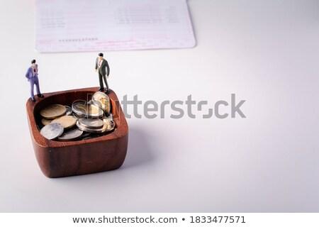 Estatueta empresário em pé jornal modelo Foto stock © monkey_business