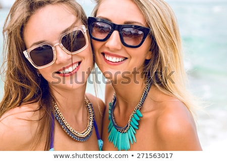 esbelto · morena · mulher · ar · colchão · praia - foto stock © julenochek
