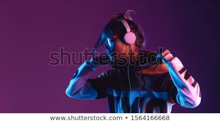 kadın · oturma · odası · dinleme · kulaklık · gülümseyen · kadın · gülen - stok fotoğraf © is2